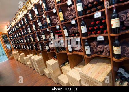 SAINT EMILION WINE SHOP Interior display 'Bordeaux Classique' wine shop featuring cases and bottles of fine wines - Stock Photo