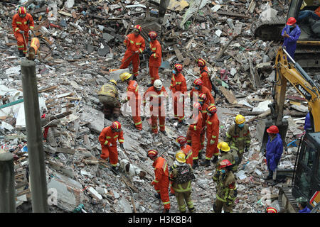 Wenzhou, China's Zhejiang Province. 10th Oct, 2016. Rescuers search for survivors at the accident site after four - Stock Photo