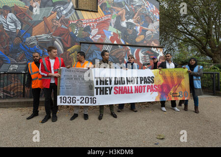 London, UK. 9th October 2016. Socialists, Trade Unionists, Jewish and anti racism groups protest at the Cable Street - Stock Photo