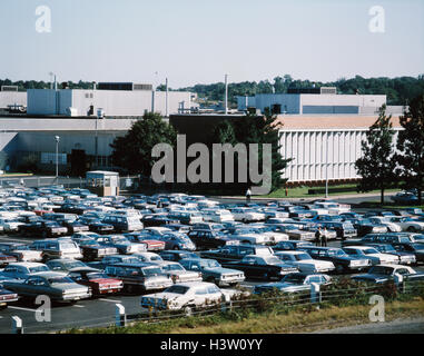 1960s 1970s FORD MOTOR PLANT AND OFFICE PARKING LOT CARS FACTORY MANUFACTURING MAHWAH NJ USA - Stock Photo