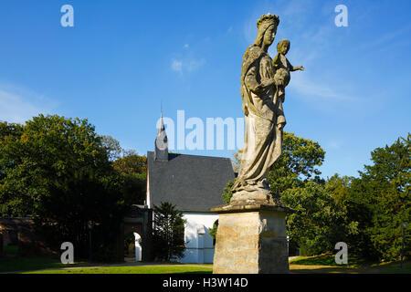 Schlosskapelle und Marienstatue im Schlosspark, Englischer Landschaftsgarten am Wasserschloss Herten, Ruhrgebiet, - Stock Photo