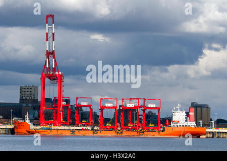 Liverpool, Merseyside, UK.  12th August, 2016. Chinese Steel Container Cranes arrive at Seaforth. The China vessel - Stock Photo