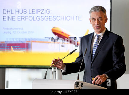 Schkeuditz, Germany. 12th Oct, 2016. Frank Appel, CEO OF Deutsche Post DHL Group, speaks at a press conference on - Stock Photo