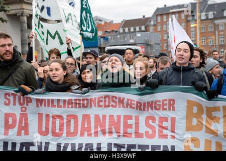Copenhagen, Denmark. 13th Oct, 2016. Denmark, Copenhagen, October 13th. Several thousand students demonstrate against - Stock Photo