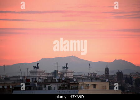 Rome, Italy. 13th October, 2016. Dramatic sunrise with the Vittoriano monument in Rome Italy. Credit:  Gari Wyn Williams / Alamy Live News