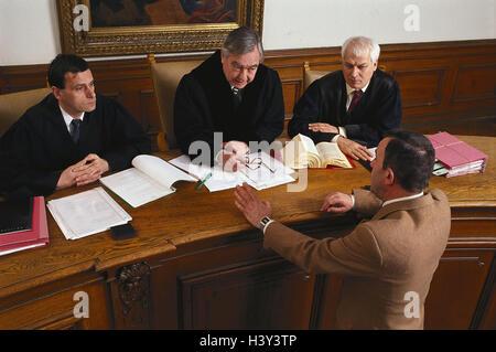 Dish scene, judge, sollicitor, conversation dish, hearing, courtroom, judge, defender, assessor, defendant, men, - Stock Photo