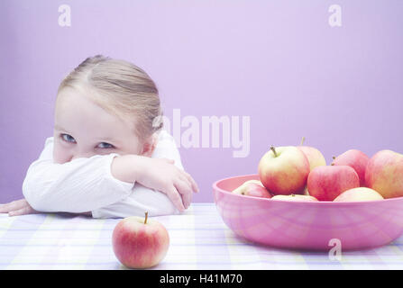 Table, girls, rests,  Plastic peel, apples,  Kitchen table, tablecloth, child, 3-4 years, blond,  Childhood, smiles, - Stock Photo