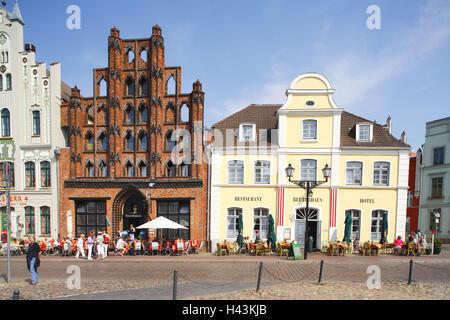 Germany, Mecklenburg-Western Pomerania, Wismar (city), marketplace, gabled houses, sidewalk cafe, - Stock Photo