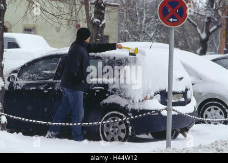 Roadside, parking lot, man, car, snow, sweep, from above, winters, vehicle, passenger car, vehicle owner, Eiskratzen, - Stock Photo