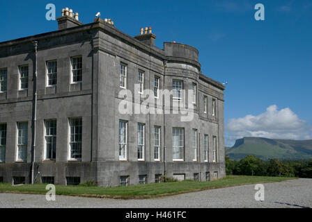 LISSADELL HOUSE WITH BEN BULBEN MOUNTAIN IN BACKGROUND, COUNTY SLIGO, IRELAND, HOME TO THE GORE-BOOTHS INCLUDING - Stock Photo