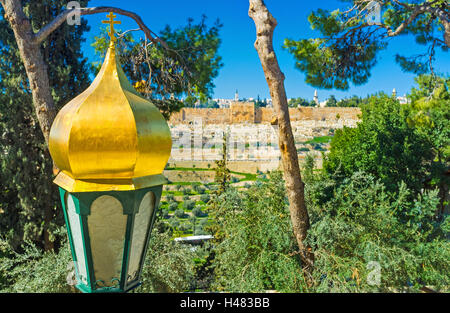 The lantern in front of the Russian Orthodox Church of Mary Magdalene with the medieval walls of Jerusalem on the - Stock Photo