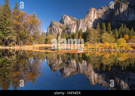 Yosemite Valley reflected in the Merced River at Valley View, Yosemite National Park, California, USA. Autumn (October) - Stock Photo