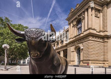 Germany, Hessen, Frankfurt am Main, Exchange Place, Bull sculpture with Frankfurter Wertpapierbörse,