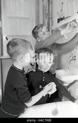 Die Söhne einer kinderreichen Familie waschen sich im Badezimmer, Deutsches Reich 1930er Jahre. Sons of a extended - Stock Photo
