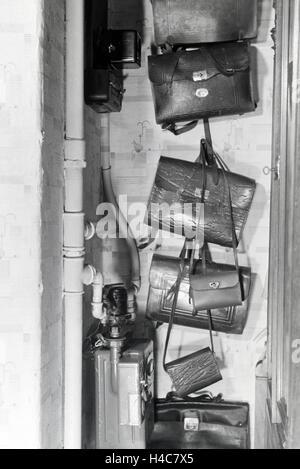 Die Schultaschen einer kinderreichen Familie, Deutsches Reich 1930er Jahre. The schoolbags of a extended family, - Stock Photo