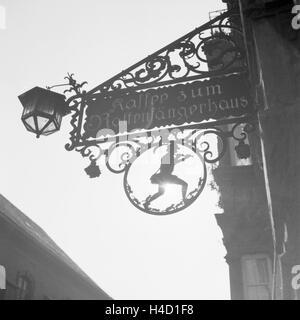 Wirtshausschild am Cafe zum Rattenfängerhaus in Hameln an der Weser, Deutschland 1930er Jahre. Inn sign of the Pied - Stock Photo