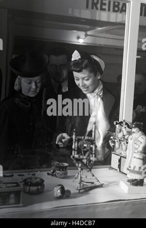 Besucher der Wiener Modewoche, im Haus der Mode 'Palais Lobkowitz', vor einem Schaukasten mit ungarischem Kunsthandwerk; - Stock Photo