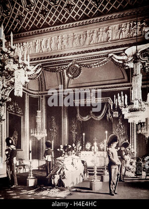 After a short reign, King Edward VII died on 6th May 1910 . His body lay in the Throne Room of Buckingham Palace - Stock Photo