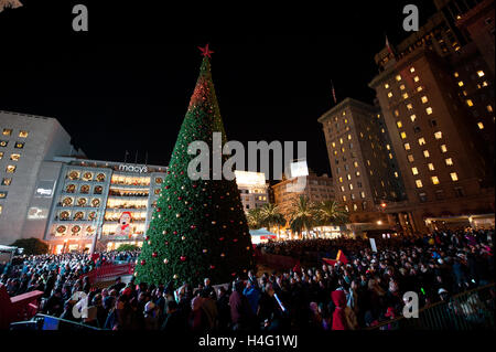 Crowd watch the Macyu0027s Christmas tree lighting ceremony at Union Square in downtown San Francisco California & Crowd watch the Macyu0027s Christmas tree lighting ceremony at Union ... azcodes.com