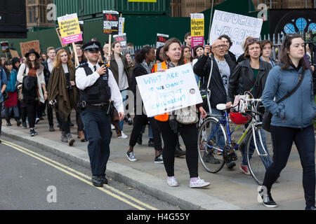 London, UK. 15th October 2016. Protesters take part in a demonstration organised by Help Refugees Worldwide and - Stock Photo