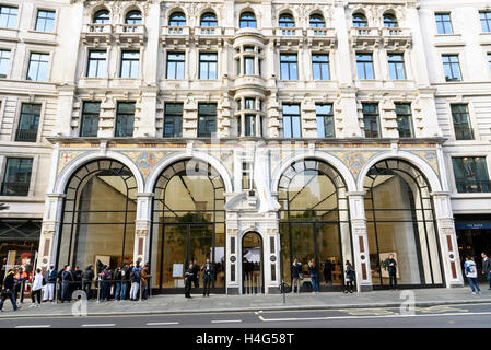 London, UK. 15th October, 2016. Customers queuing outside the Apple store in Regent Street with a new exterior and - Stock Photo