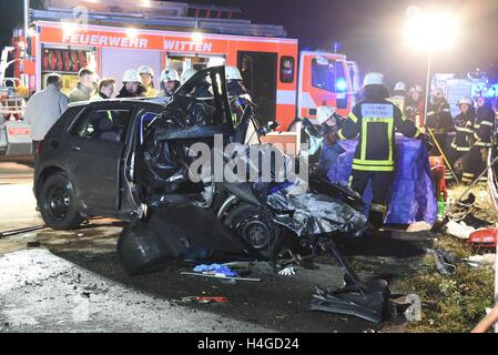 Witten, Germany. 16th Oct, 2016. Firemen and policemen stand at the site of an accident on highway A43 in which - Stock Photo