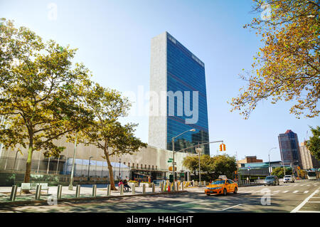 NEW YORK CITY - SEPTEMBER 05: United Nations headquarters building with people on September 5, 2015 in New York - Stock Photo