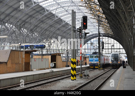 Rail track management company SZDC is prepared to pay to Italian firm Grandi Stazioni the amount of money provably spent on construction work at Prague's main train station (on the photo from October 14), it prefers an off-court settlement, SZDC CEO Pavel Sury said on Sunday but admitted that the dispute will probably end at court. SZDC terminated the lease contract with Grandi Stazioni as of midnight, October 16, because the company failed to reconstruct historic building Fanta on time. Grandi Stazioni, which was to have the railway station leased for another 30 years, earlier said that if SZ
