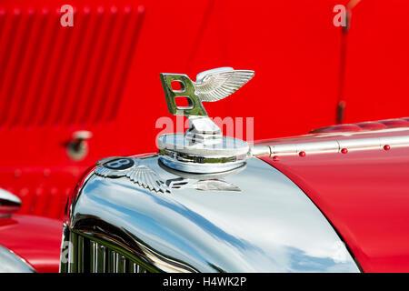 Bentleys winged ' B ' badge and bonnet hood ornament. Classic vintage british car - Stock Photo