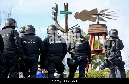 Deutschneudorf, Germany. 19th Oct, 2016. Czech police officers stand at a joint mission during a cross-border demonstration - Stock Photo
