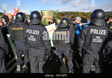 Deutschneudorf, Germany. 19th Oct, 2016. German and Czech police officers train at a joint mission during a cross - Stock Photo