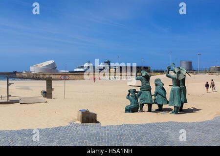 Praia de Matosinhos (Matoshinhos beach) with the boat cruise terminal in the distance, Porto, Portugal, Europe - Stock Photo