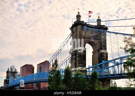 The John A. Roebling Suspension Bridge spanning the Ohio River between Cincinnati, Ohio and Covington, Kentucky. - Stock Photo