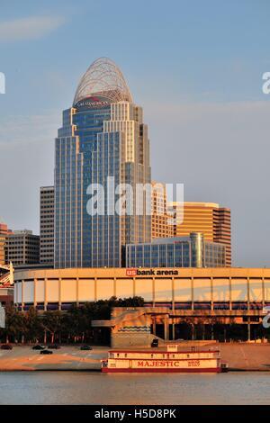 The Great American Tower in Cincinnati, Ohio rises above the US Bank Arena home to the Cincinnati Cyclones hockey - Stock Photo