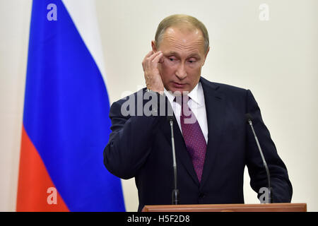 Berlin, Germany. 20th Oct, 2016. The President of the Russian Federation Vladimir Putin makes a press statement - Stock Photo