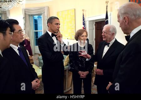 Former U.S. President Jimmy Carter talks to Chinese President Hu Jintao, U.S. President Barack Obama, former First - Stock Photo