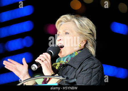 Philadelphia, Pennsylvania, USA. 22nd October, 2016. Democratic presidential candidate Hillary Clinton and running - Stock Photo