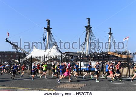 Portsmouth, Hampshire, UK. 23rd October 2016. Pictured today at Portsmouth Naval Base, Hampshire are runners taking - Stock Photo