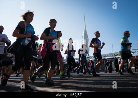Portsmouth, UK. 23rd October, 2016.  Runners pass the Spinnaker Tower as thousands of runners are taking part in - Stock Photo
