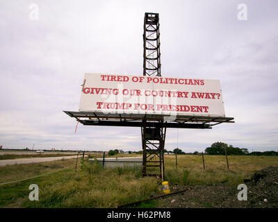 Corsicana, Texas, USA - 23 October 2016 - Along the busy Interstate 45 between Dallas and Houston Texas Trump for - Stock Photo