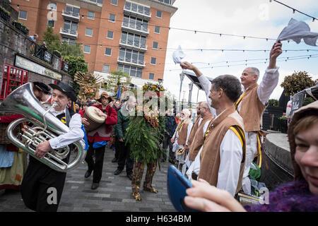 'October Plenty' autumn harvest celebration procession in Southwark, London, UK. - Stock Photo