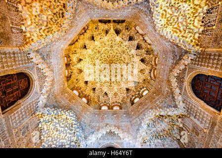 Alhambra palace granada spain arabesque moorish for Alhambra decoration