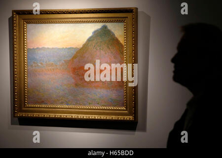 London, UK. 24th Oct, 2016. A visitor views impressionist artist Claude Monet's artwork 'Meule' (Grainstack) at - Stock Photo
