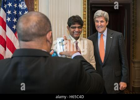 Washington DC, United States. 24 Oct, 2016. US Secretary of State John Kerry poses for a photo with an outstanding - Stock Photo
