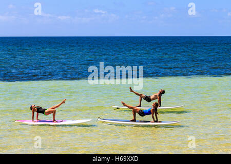 Yoga on a stand up paddle board, taught at Bahia Honda State Park along the Florida Keys by Serenity Eco Therapy. - Stock Photo