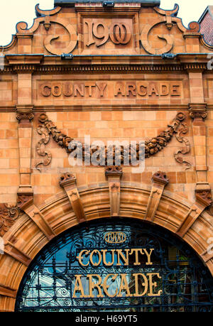 Entrance to the Queens Arcade in Leeds City Centre.  2016 - Stock Photo