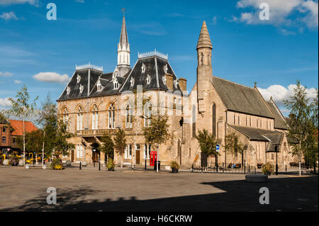 Bishop Auckland, County Durham, UK. The Victorian Gothic town hall in the market place, containing the library and - Stock Photo