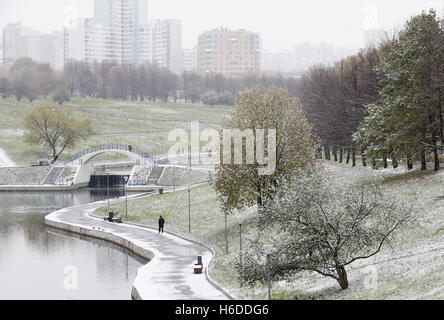 Moscow, Russia. 27th Oct, 2016. A snowfall in a park at the Olympic village. Credit:  Alexander Shcherbak/TASS/Alamy - Stock Photo