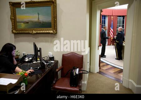 U.S. President Barack Obama talks with Joint Chiefs of Staff Chairman Martin Dempsey in the White House Oval Office - Stock Photo