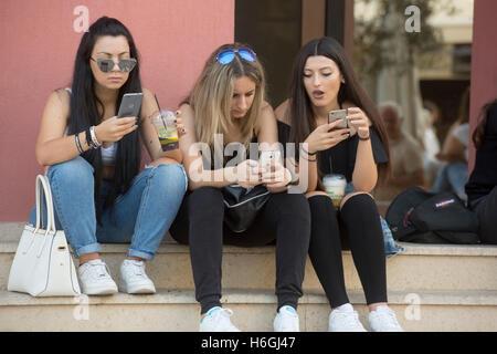 Griechenland, Kreta, Heraklion, Platia Kallergon, Junge Mädchen mit smartphone